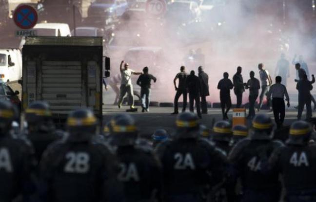 648x415_des_policiers_face_aux_chauffeurs_de_taxis_qui_bloquent_le_boulevard_peripherique_pres_de_la_porte_maillot_le_25_juin_2015[1]